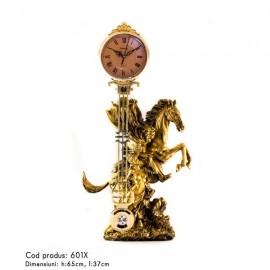 Statuie cuplu pe cal cu ceas