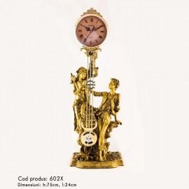 Statuie cuplu cu ceas