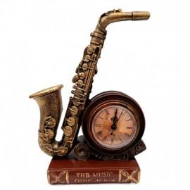 Saxofon cu ceas pe carte